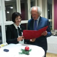 Christa Naaß überreicht den Ehrenbrief des Bezirks Mittelfranken an Horst Schmidbauer