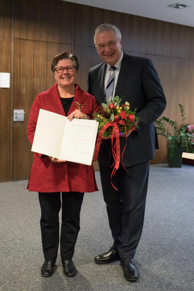 Gisela Niclas und Innenminister Joachim Herrmann bei der Verleihung des Bundesverdienstkreuzes am 20.12.2017.