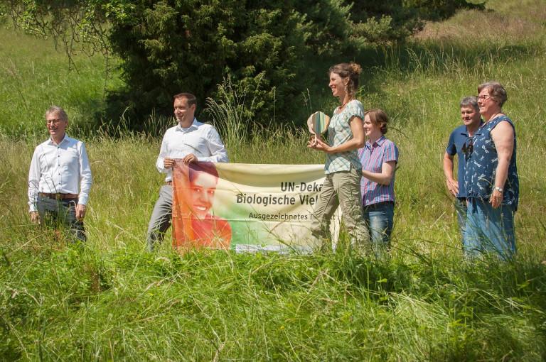 Bezirkstagspräsident Armin Kroder überreicht die Auszeichnung als Projekt der UN-Dekade Biologische Vielfalt an den Landschaftspflegeverband Mittelfranken für die Initiative LANDSCHAFT ANPACKEN
